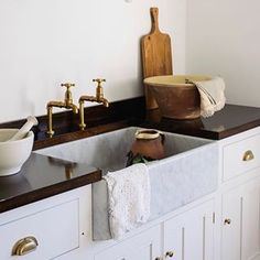Whether you are looking to renovate your kitchen or not, brass kitchen taps must have caught your eye recently. Antique brass kitchen tap with washer, cheap kitchen tap brass. Gold Kitchen Hardware, Brass Kitchen, Modern Kitchen Cabinets, Kitchen Taps, Patio Kitchen, Outdoor Kitchen Design, Kitchen Decor, Layout Design, Ikea