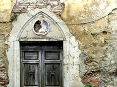 Una casa in rovina nel borgo di Toiano [Photo Credits: Davide Del Monte]