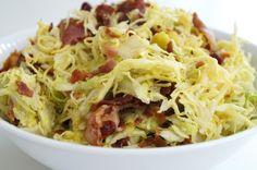 Lækker spidskålssalat med bacon og sød dressing. Opskriften smager så godt, at det er en fornøjelse at spise masser af kål.