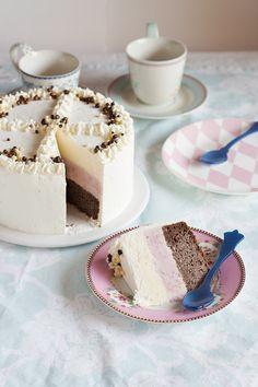 Preciosa tarta helada napolitana, con una capa de bizcocho de chocolate y helado de vainilla y frutos rojos. Receta paso a paso con fotos.