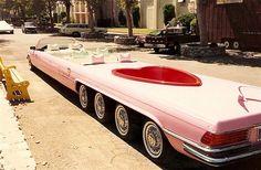 Limousine com piscina de Jay Ohrberg (© Rex Features)Todos para dentro da piscina! A limousine que tem piscina é conhecida como sendo 'O Rei dos Carros Show', de Jay Ohrberg, e é um exemplo de carro superpersonalizados. Jay é ex-dublê e conselheiro de carro, portanto, conhece bem seus carros e adora personalizá-los. Ohrberg também apareceu em quatro episódios da série de TV 'A Super Máquina'