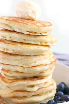 If you're trying to find a Pancake Recipe to make the BEST fluffy pancakes, look no further! This easy pancake recipe is tried and true! Pancake Recipe Easy Fluffy, Homemade Pancakes Fluffy, Pancakes Easy, Fluffy Pancakes, Breakfast Dishes, Best Breakfast, Vegetarian Pancakes, Best Diet Foods, Healthy Dishes