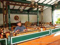 Keraton Yogkarta di tempat wisata ini kita akan dapat melihat unsur seni dan budaya peninggalan bersejarah dari Kesultanan Yogyakarta