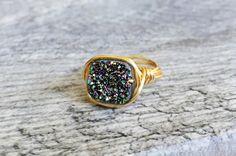 This sparkly druzy ring. - This sparkly druzy ring. Raw Gemstone Jewelry, Raw Crystal Jewelry, Gems Jewelry, Jewelry Crafts, Jewelry Art, Beaded Jewelry, Fine Jewelry, Jewelry Making, Jewelry Logo