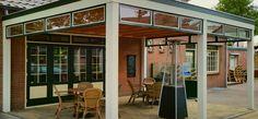 -99- Klassieke landelijke houten veranda terrasoverkapping aan huis met bovenramen bovenlichten kozijnen. Materiaalgebruik douglas lariks merantie hardhout en eiken glas lichtkoepel lichtstraat