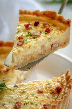 Classic Quiche Lorraine with a savory egg custard, bacon, and cheese filling in flaky pie crust. Quiche Lorraine is the gold standard of quiche recipes! Perfect breakfast and brunch food. Keto Quiche, Quiche Sin Gluten, Easy Quiche, Quiche Crust Recipe, Bacon And Cheese Quiche, Spinach Quiche, Frittata, Cheddar Cheese, Macaroni And Cheese