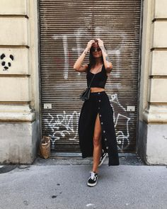 casual completely black midi skirt outfit with old Skool-Vans . - Healthy Skin Care - casual completely black midi skirt outfit with old Skool vans # Midi Rock Outfit, Outfit Chic, Midi Skirt Outfit, Black Midi Skirt, Skirt Outfits, Stylish Outfits, Dress Ootd, Heels Outfits, Sweater Outfits