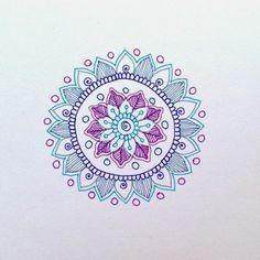 mandala facile a faire, dessin enfant, cercles, feuilles violettes, motifs volutes, papier blanc