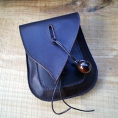 Lovely Little Belt Bag - link doesn't work Leather Pouch, Leather Purses, Leather Handbags, Leather Bags Handmade, Handmade Bags, My Bags, Purses And Bags, Sewing Leather, Leather Craft