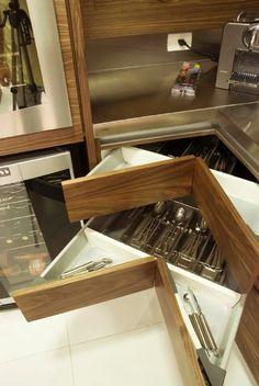 Cozinha planejada permite a escolha de materiais, revestimentos e ferragens…