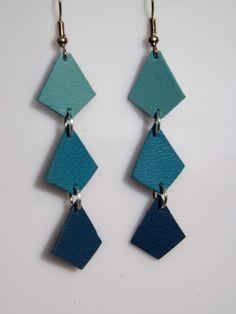 """boucles d'oreilles cuir """"sidney"""" ,forme diamant, dégradé de bleu, bijoux réalisés à la main en france : Boucles d'oreille par fimoettout-image"""