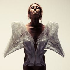 Iris Van Herpen Creates Printed Haute Couture DesignsIris Van Herpen creates printed materials to create Haute Couture fashion. The dutch designer works with a team of experts including. Geometric Fashion, 3d Fashion, Fashion Details, Fashion Prints, High Fashion, Ideias Fashion, Fashion Design, Crazy Fashion, Catwalk Fashion