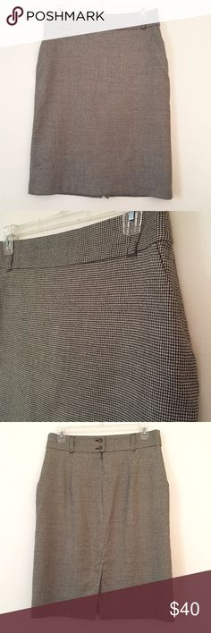 """Banana Republic black & white houndstooth skirt 14 Banana Republic black & white houndstooth skirt 14. High waisted, lined, front pockets, back button & zip.  Waist 17.5"""" length 27"""". Wool with added spandex.  Never worn. Banana Republic Skirts Pencil"""