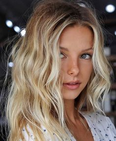 hair beauty - Nice hair color and eyes Inspiring Ladies Blonde Hair Looks, Brown Blonde Hair, Beach Blonde Hair, Short Beach Hair, Undone Look, Cool Hair Color, Beach Hair Color, Hair Highlights, Beach Blonde Highlights