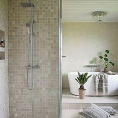 Baderomsstyling  Har funnet meg noen nye skatter hos @heimhusan og blomsterbutikken på Vinje  _________________________________________________    #bathroom #bath #baderom #badrum #vikingbad #flisekompaniet #rørkjøp #baderomsdesign #inredningsdesign #passion4interior #interior123 #hellinterior1 #vakrehjem #boligdrøm #levlandlig #interior #interiør #finahem #bohemian #bohemianstyle #bad #baderomsinspo #beige #picoftheday #interior4all #interior2all #ourluxuryhome #inspirasjonsguidennorge