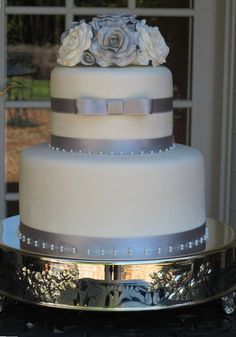 grey and blue wedding decor | Silver and Roses Wedding Cake Last week I highlighted my favorite ...