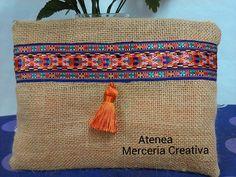 Bolso de arpillera en Atenea mercería creativa.                                                                                                                                                      Más Burlap Bags, Jute Bags, Foldover Clutch, Clutch Purse, Coin Purses, Purses And Bags, Reusable Tote Bags, Drawing, Jute