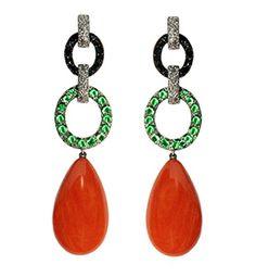 Pendientes de la colección Boheme en oro blanco, con diamantes negros, esmeraldas y perillas de coral, de Vasari. http://www.marie-claire.es/moda/tendencias/fotos/regalos-mujer-mc-nuestra-wishlist/vasari-1