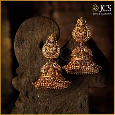 The rhythmic sway of these beautiful Jhumkas will bring out the emotions of a south Indian woman! The rhythmic sway of these beautiful Jhumkas will bring out the emotions of a south Indian woman! Gold Jhumka Earrings, Jewelry Design Earrings, Gold Earrings Designs, Gold Jewellery Design, Antique Earrings, Gold Jewelry, Jhumka Designs, Gold Bangles, Gold Necklace