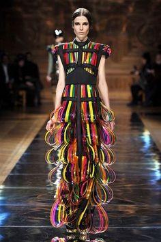 Oscar Carvallo Haute Couture Spring Summer 2014 Paris - NOWFASHION Source by cheungwhei fashion idea Weird Fashion, Live Fashion, Fashion Week, Fashion Art, Fashion Show, Fashion Design, Unique Fashion, Style Couture, Couture Fashion