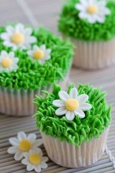 These cute cupcakes are simple to make with green frosting and icing flowers.......could make mini marshmallow flower with white sugar and m and m center