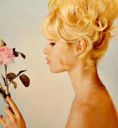 Bridget Bardot - look at this hair! Bridget Bardot, Brigitte Bardot, Des Femmes D Gitanes, Bardot Hair, 60s Hair, Julianne Hough, French Actress, Vintage Hairstyles, Old Hollywood
