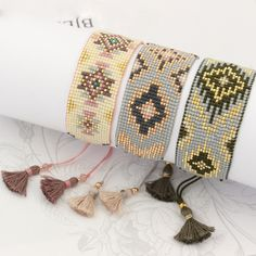 off loom beading stitches Loom Bracelet Patterns, Bead Loom Bracelets, Bead Loom Patterns, Beaded Jewelry Patterns, Fabric Jewelry, Bead Loom Designs, Beading Techniques, Peyote Beading, Feather Necklaces
