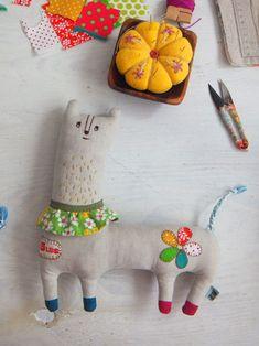 handmade * zakka   fabrickaz + idees  love the feet and the appliques