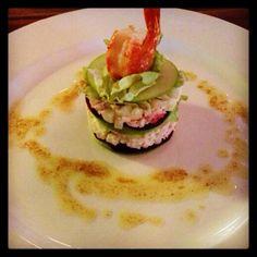Feestelijk voorgerecht menu: Taartje van krab met appel, rode bietjes, gebakken gamba en kerriesaus... #KomEten