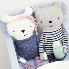 Lio & Lia sind Geschiwster-Teddys, die sich freuen würden bald ein Plätzchen in Euren Kinderzimmern zu finden. Sie kuscheln und spielen gerne.