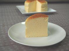 難しそうという理由で、いつもスフレチーズケーキではなく、ベイクドチーズケーキやレアチーズケーキばかり作っていたのですが、ちょっと奮起して作ってみました。しゅわしゅわ~なスフレチーズケーキのレシピを記したいと思います! スフレチーズケーキのレシピ 材料 15cm型 ・クリームチーズ 150g ・牛乳or豆乳 150g ・卵 3個 ・砂糖 55g ・小麦粉 30g 18cm型 ・クリームチーズ 200g ・牛乳or豆乳 200g ・卵 4個 ・砂糖 75g ・小麦粉 40g 材料はシンプル。型に敷くクッキングシートと底が取れる型の場合はアルミホイルもご用意ください。 底面と側面とにクッキングシート…