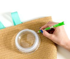 DIY Raffia Embroidered Tote   click through for the full tutorial! Crochet Tote, Diy Purse, Embroidered Bag, Clutch Bag, Purses And Bags, Projects To Try, Weaving, Crafty, Embroidery