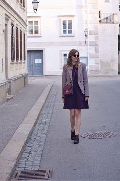 Streetstyle chic Herbst Outfit mit Vila Kleid und Blazer