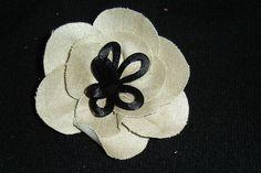 flor semicerrada en tela dorada y pistilos en cola de ratón negro