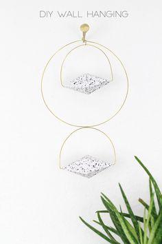 DIY Wall Hanging / Mobile selber machen aus Messingdraht und Terrazzo-Anhängern aus Papier! selber machen | minimalistisch | Deko | einrichten | gold | schwarz weiß | monochrom | trend 2017 | interior | geometrisch | 3D Papierform | Printables | Freebie