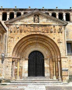 Portada de la Colegiata de Santa Juliana - Estilo Románico, fechada en los primeros años del S. XII, Santillana del Mar, Cantabria
