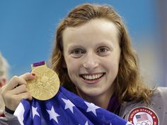 swimmer Katie Ledecky holds up her gold medal after winning the women's freestyle swimming final at the Aquatics Centre in the Olympic Park during the 2012 Summer Games in London. Olympic Swimming, Olympic Gymnastics, Olympic Sports, Usa Swimming, 2012 Summer Olympics, Usa Olympics, Janet Evans, Freestyle Swimming