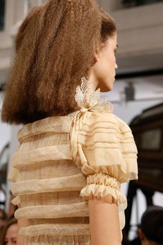 See all the Details photos from Schiaparelli Spring/Summer 2016 Couture now on British Vogue Couture Details, Fashion Details, Couture Fashion, Fashion Show, Fashion 2016, Alexander Mcqueen, Aesthetic Shirts, Couture Accessories, Spring Couture