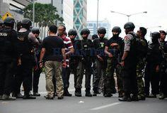 Puluhan Polisi Geledah Kamar Pelaku Teror Sarinah di Sampit : Puluhan anggota Brimob Polres Kotawaringin Timur Kalimantan Tengah menggeledah bekas kamar Dian Juni Kurniadi terduga teroris yang beraksi di kawasan Sarinah Thamrin