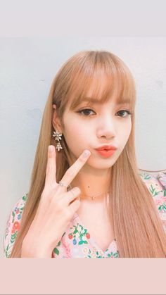 Shared by BLACKPINK PICS. Find images and videos about kpop, rose and blackpink on We Heart It - the app to get lost in what you love. Kpop Girl Groups, Korean Girl Groups, Kpop Girls, Blackpink Lisa, Lisa Chan, Forever Young, Kim Jennie, Lisa Blackpink Wallpaper, V Instagram