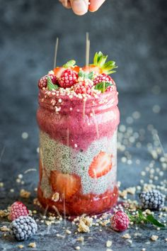 Chia seeds transform into a delicious pudding-like texture when soaked in liquid. Take this superfood to the next level by layering it with delicious berry smoothie! Click through to get the recipe! Vegan Breakfast Recipes, Vegan Desserts, Dessert Recipes, Brunch Recipes, Vegan Cake, Yummy Recipes, Chia Pudding, Smoothie Bowl, Smoothie Recipes