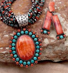 Native American turquoise and coral jewelry Bijoux Design, Jewelry Design, Photo Jewelry, Fashion Jewelry, Bijou Box, Mode Hippie, Pierre Turquoise, American Indian Jewelry, Turbans