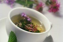 Pitie prasličkového čaju tiež odbúrava toxíny a škodlivé látky smerom von z tela. Ak ste maximálne vyťažení, praslička vám regeneruje spojivové tkanivá, zreparuje kosti a kĺby. Zabudnite na reumu, na tú je praslička roľná vyslovene špecialista.