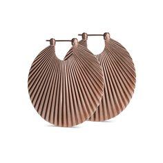 Stor shell ørering i mat, rosaforgyldt sterlingsølv. Øreringen har en diameter på 44,5 mm og er inspireret af en musling. De flotte mønstrede detaljer på begge sider af øreringen, gør den iøjefaldende og elegant. Øreringens skinnende design gør, at den reflekterer smukt i lyset og giver ekstra kant til ethvert outfit. Den store shell ørering er det perfekte statement smykke og findes også i en mindre udgave med en diamater på 25,5 mm. Ø: 44,5 mm