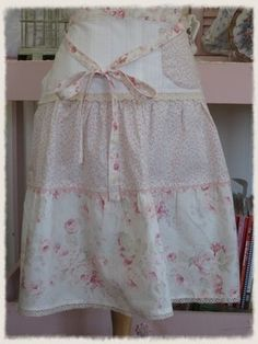 This is basically like a ruffled skirt apron, I could definitely come up with a pattern for this.