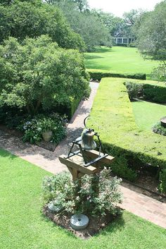 Oak Alley Plantation Bell, Formal Gardens, and Overseers house, by yogruissem, via Flickr      Oak Alley Plantation.