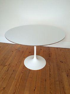 Table Tulip par Eero Saarinen édition Knoll International années 60, plateau stratifié et pied en fonte d'aluminium recouvert de rilsan. Diamètre 107 cm.