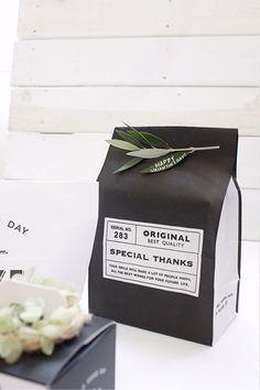 シンプル紙袋に、メッセージを描いたオリーブの葉っぱをアクセントに留めています。立体感が出て素敵ですね。