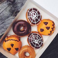 Veja mais no site Halloween Date, Halloween Donuts, Halloween Inspo, First Halloween, Happy Halloween, Halloween Snacks, Fall Pumpkins, Halloween Pumpkins, Fnaf Crafts