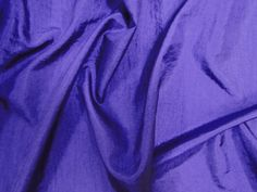 Hightech (Ultravioleta) Tecido leve, com brilho acetinado, superfície com suave efeito de amassado. Ideal para looks festa.  Sugestão para confeccionar: vestidos de festa, saias, blusas, entre outros.